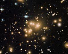 Abell 1689 es un grupo remoto de galaxias que deforma el espacio según la teoría de la gravedad de Einstein. Más detalles de la fotografía aquí: http://www.muyinteresante.es/ciencia/fotos/fotos-foto-dia-espacio/curvatura-espacial