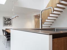 RVS keukenblad met houten lades in moderne woonkeuken, ontwerp Nieuw Amsterdams Ontwerp i.c.m. BNLA architecten, fotografie Wim Hanenberg.