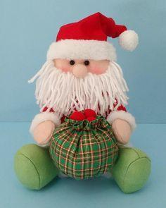 Papai Noel Sentado em feltro                                                                                                                                                                                 Mais Handmade Christmas Crafts, Holiday Crafts, Holiday Decor, Felt Ornaments, Christmas Ornaments, Christmas Holidays, Christmas Decorations, Christmas Christmas, Santa Doll