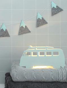 Geweldige slinger van vilt voor aan de saaie muur in het mintgroen / groen. De stoere surfersbus lamp is ook te bestellen bij Twee Ons Geluk.