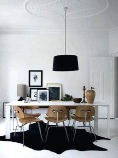 tapis en peau noir, lustre noir, plafond blanc, chambre blanc, tapis de bete, salon