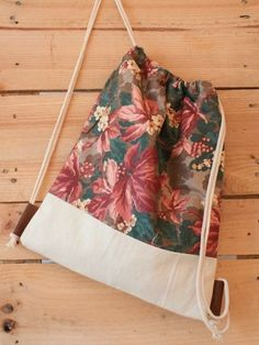 NEWS: Der verwendete Blümchenstoff wird leider nicht mehr Produziert! Wir haben… NEWS: The used floral fabric is unfortunately no longer produced! We bought the last few meters and so the bags become a lim … Mochila Tutorial, Purse Tutorial, String Bag, Jute Bags, Fabric Bags, Floral Fabric, Handmade Bags, Diy Clothes, Fashion Clothes