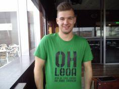 O João mostra o seu amor ao Sporting com uma tshirt bem irreverente!  Da Teelook para ti. Conhece a coleção de tshirts e sweats mais irreverente, cómica e cool de Portugal.  #tshirts #sweats #portugal #portugalfashion #moda #roupa #portugueses #fashion #teelook