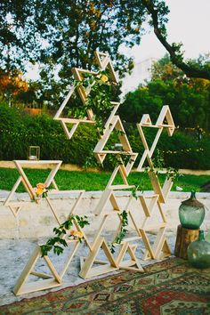 Geometric wedding theme and details is one of the hottest trends of last and this year; we've already told you of geometric wedding cakes, and now it's time to discuss décor and other touches. A geometric wedding backdrop. Fiesta Art Deco, Art Deco Party, Art Deco Wedding, Diy Wedding, Trendy Wedding, Wedding Ideas, Gatsby Wedding, Decor Wedding, Elegant Wedding