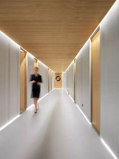 hotel corridor Entourage Clinic - Picture gallery More - Design Hall, Design Entrée, Flur Design, Plafond Design, Design Ideas, Clinic Interior Design, Clinic Design, Healthcare Design, Medical Design