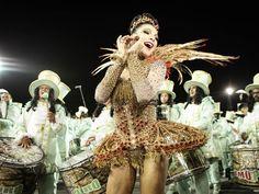 Rainha de bateria Aline Oliveira Mocidade Alegre (Foto: Caio Kenji/G1)