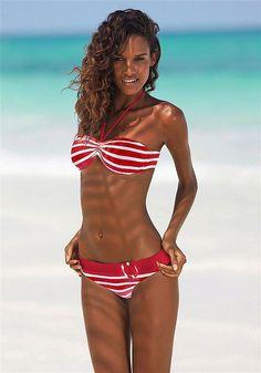 Junger Sportswear-Look im angesagtenStreifen-Dessin.  Bandeau-Bikini mit herausnehmbaren Cups für ein tolles Dekolleté. Seitliche Stäbchen sorgen für einen besseren Halt. Top im Nacken zu binden und im Rücken zu schließen. Bikini-Hose in trendiger Gürtel-Optik mit modischem Zierring. Bikini gefüttert.  Aus 94% Polyamid, 6% Elasthan. Futter: 100% Polyamid...