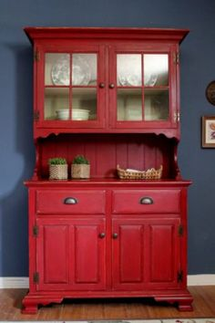 You just NEED a red hutch in your new house! Kitchen Hutch, Red Kitchen, Country Kitchen, Kitchen Decor, Americana Kitchen, Red Hutch, Red Dresser, Welsh Dresser, Vaisseliers Vintage