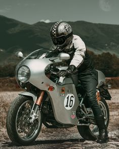 Ducati Sport classic - Brought to you by Smart-e Ducati Sport Classic, Style Retro, Motorcycle Outfit, Biker Style, Custom Motorcycles, Motorbikes, Crotch Rockets, Sports, Cafe Racers
