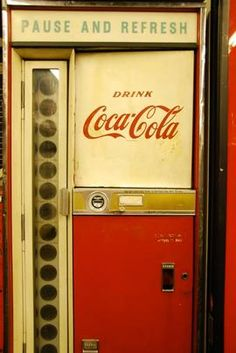 Vintage coke-machine - pull glass bottle out of the hole Coca Cola, My Childhood Memories, Sweet Memories, Nostalgia, Retro Vintage, Vintage Coke, Vintage Items, Soda Machines, Vending Machines