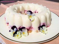 Az epres - túrós kombináció annyira nyerő, hogy a villámgyors elkészítés, hosszú hűtési idő után a sütiszeletek szélsebesen el is tűnnek a tányérokról. Fogyasztását bármikor, bármilyen alkalomra javaslom és ha lement az eperszezon, más gyümölccsel, pl. barackkal is próbáld majd ki! #eper #sütésnélkül #desszert Homemade Tacos, Homemade Taco Seasoning, Cake Ingredients, Tupperware, Fish Recipes, Whole Food Recipes, Hungarian Recipes, Dessert, Yogurt