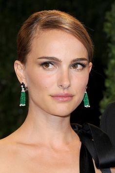 Natalie Portman in emerald drop earrings by Anna Hu Haute Joaillerie. #oscars2013
