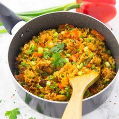 Super einfaches und leckeres Rezept für Djuvec Reis mit Erbsen und Paprika. Perfekt wenn es schnell gehen muss, da alles in einem Topf gekocht wird!