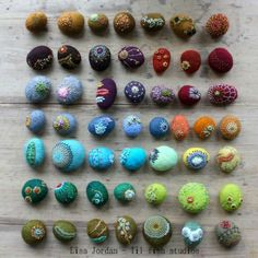 Small stones, felted and stitched by Lisa Jordan for Art-o-mat edition Cutest future cat toys ever! Textile Jewelry, Fabric Jewelry, Felted Jewelry, Fabric Beads, Fabric Art, Nuno Felting, Needle Felting, Art O Mat, Felt Necklace