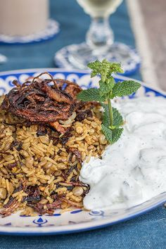 Mejadra with cucumber yoghurt according to Ottolenghi Yotam Ottolenghi, Vegan Vegetarian, Vegetarian Recipes, Egyptian Food, Egyptian Recipes, Rice Dishes, Plant Based Recipes, Risotto, Soul Food