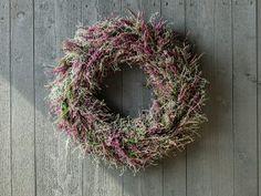 Slik lager du krans og hjerte av lyng | Inspirasjon fra Mester Grønn Fall Decor, Holiday Decor, Grapevine Wreath, Grape Vines, Christmas Wreaths, Dyi, Floral Wreath, Planters, Flowers