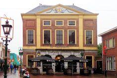 Aan de Markt ligt de voormalige Hoofdwacht, gebouwd in 1789. De architect was Johannes van Westenhout, een leerling van de bekende architect Pieter de Swart. Vanuit dit pand werden tot 1882 de wachten geregeld bij de verschillende stadspoorten. Daarna fungeerde het nog enige tijd als marechausseekazerne. Het pand met Lodewijk-XVI-details bestaat uit twee verdiepingen en een zolder. Op de begane grond bezit het een arcade met twee Dorische pilasters die oorspronkelijk open waren.