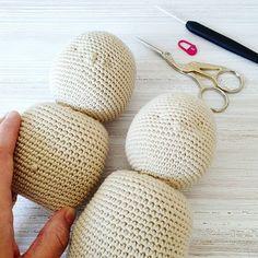 curso básico de crochet para principiantes - Ahuyama Crochet Straw Bag, Diy, Ideas, Mermaid Tail Blanket, Cat Ears, Beginner Crochet, Step By Step Instructions, Hearts, Bricolage