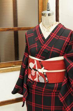シックな黒の地に綺麗に映える赤で織り出されたダブルラインのウィンドウペイン・チェックがモダンなウールの単着物です。
