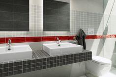 Szara ściana, czerwone dodatki, betonowe płytki, nowoczesna łazienka. Aranta - Opoczno - surowe wnętrze, szarości w łazience i czerwone dodatki. Niezwykle nowoczesna aranżacja łazienki z mocnym akcentem.