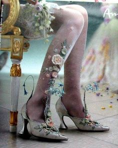 fairy shoes The floral decoration on the leg is genius!