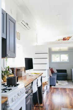 10 Clever Small-Space Storage Ideas You Can Steal from the Tiny House Movement 10 Clever Small-Space Storage Ideas You Can Steal from the Tiny House Movement Tiny House Bedroom, Tiny House Living, Home Bedroom, Living Room, Bedroom Ideas, Tiny House Storage, Small Space Storage, Small Room Design, Tiny House Design