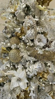 Gold And Silver Christmas Trees, Elegant Christmas Trees, Gold Christmas Decorations, Ribbon On Christmas Tree, Christmas Tree Design, Christmas Tree Themes, Christmas Lights, Christmas Crafts, Simple Christmas