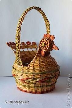 Поделка изделие Пасха Плетение Пасхальная курочка Бумага газетная фото 1