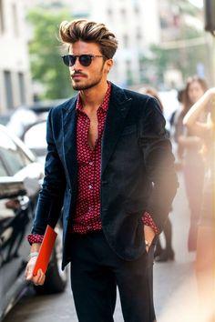 ダークネイビージャケット×ハートパターンのシャツがsexyなネイビーコーデです。タイトな黒パンツでソリッドな印象もgoodです。