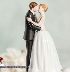"""Que casal não fica ansioso para ouvir a frase """"pode beijar a noiva""""? Com estes noivinhos vocês poderão se lembrar deste momento para sempre!  www.noivinhostopodebolo.com"""