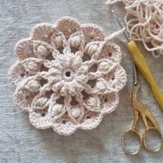 "4,624 tykkäystä, 97 kommenttia - Nesime Erciğer (@nesimerciger) Instagramissa: ""Hayat devam ediyor!!!! #crochê #crochetaddict #cushion #instacrochet #virkkaus #virkning #hakeln…"""