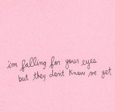 kiss me - ed sheeran estou me apaixonando por seus olhos, mas eles ainda não me conhecem.