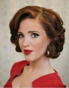 coiffure pin up avec boucles romantiques et raie sur le côté