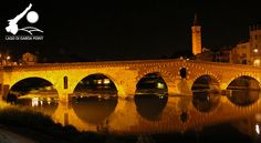Il Ponte Pietra, anticamente chiamato Pons marmoreus, è l'unico ponte romano rimasto nella città. È a cinque arcate e la costruzione della sua prima struttura, probabilmente in legno, è collocabile all'epoca preaugustea. È il primo ponte di pietra costruito a Verona e la prima grande opera marmorea pubblica della città.