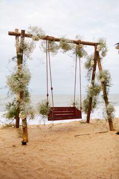 Balanço decorado com flores para casamento praiano em Trancoso, de Camila e Bruno, com assessoria de Mannu Carvalho