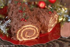 Il tronchetto di Natale al mascarpone è undolce classico e bello ricoperto da ganache al cioccolato e farcito con crema al mascarpone e nutella.