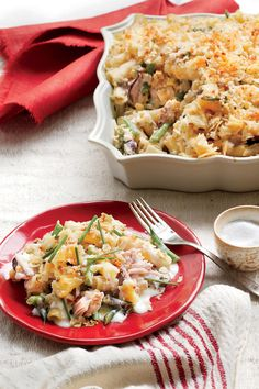 Our take on the classic hits the high notes: creamy, cheesy, fresh, and crunchy. Resist digging into the casserole right out of the oven. Letting it stand for 10 minutes allows it to firm up to the perfect consistency. Recipe: New Tuna Casserole Tuna Casserole Recipes, Baked Pasta Recipes, Cooking Recipes, Noodle Casserole, Freezer Recipes, Freezer Meals, Casserole Dishes, Beef Recipes, Diets