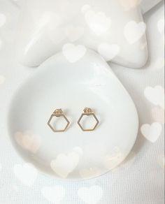 Pendientes hexágonos chapados en oro...últimos dos pares  http://www.elbauldepaz.tictail.com #geometric #earrings #pendientes #gold #jewel #jewelry #crafts #beautiful #bonito #nice #bridal #wedding #minimal #minimalism #verano #primavera #summer #zgz #zaragoza #madrid #photo #design #diseño #shopping #zara #moda by elbauldepaz