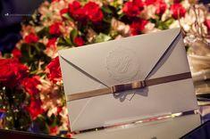 Convite de casamento delicado e elegante com brasão em relevo seco e laço Chanel.