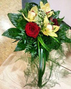 Eilen perjantaina 6.11. #ruotsalaisuudenpäivä - vieraskirjapöytään  punakeltainen #kimppu aaltovaasiin. #redroses and #yellow #orchids #bouquet - on yesterday 6.11. #svenskadagen #celebration  #kukat #blommor #flowers #flowerslovers #ig_flowers #flowersofinstagram #orkidea #ruusu #aaltovaasi #kukkakimppu #kukkakauppa  #flowershop #kotka # finland