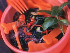 Schmeckt weniger gruselig als er aussieht: Halloween-Nudelsalat - Zeit: 35 Min.   eatsmarter.de Vinaigrette, Eat Smarter, Carrots, Stuffed Peppers, Vegetables, Party, Food, Scary Halloween, Noodle Salads