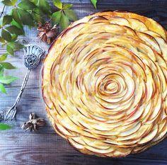 Saftiger Marzipan Rührteig mit hauchdünnen Apfelscheiben in Rosenoptik. Einfach ein Traum auf jeder Kaffeetafel