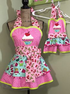 Excited to share this item from my shop: Mommy and daughter apron set - personalize with your own names on any apron sets Candy Christmas Decorations, Christmas Crafts For Gifts, Christmas Aprons, Sewing Aprons, Aprons Vintage, Crochet Handbags, Sewing Patterns, Apron Patterns, Sewing Hacks