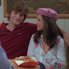 That show💖 uploaded by sensitive on We Heart It Movies Showing, Movies And Tv Shows, Kelso And Jackie, Single As A Pringle, Mila Kunis Style, Thats 70 Show, 70s Outfits, Ashton Kutcher, Series Movies