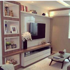 """278 curtidas, 11 comentários - Arquitetura de Interiores (@arq4home) no Instagram: """"Home theater Branco com amadeirado, estante na lateral, painel pra TV em laca branca + rack com…"""""""