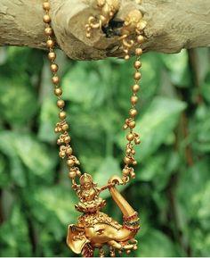 Gold Jewelry Design In India Gold Temple Jewellery, Mens Gold Jewelry, Gold Jewellery Design, Indian Jewelry Earrings, Indian Wedding Jewelry, Pendant Jewelry, India Jewelry, Gold Pendent, Gold Accessories
