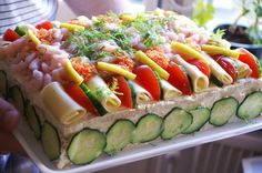 Smorgastarta1    21 Sweden万国アノニマスさん   スウェーデン料理ならエビサンドイッチケーキとかどう?