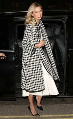 Karlie Kloss from The Big Picture: Today's Hot Photos Classy Karlie! The supermodel rocks a houndstooth coat as she arrives at a perfume launch in London. Winter Fashion Outfits, Autumn Winter Fashion, Fashion Tips, Winter Style, Badass Style, My Style, Karlie Kloss Style, Houndstooth Coat, Business Dresses