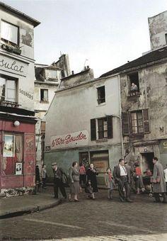 """Ihei Kimura-montmartre-couleur-photos . Devant """"Le Consulat"""" à Montmartre, promenade du dimanche."""
