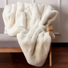 Furniture of America Chinchilla Off-White Polyester Blanket - The Home Depot Fluffy Blankets, Comfy Blankets, Throw Blankets, Plush Blankets, Bed Throws, Chinchillas, White Fur Rug, White Faux Fur Throw, White Rugs